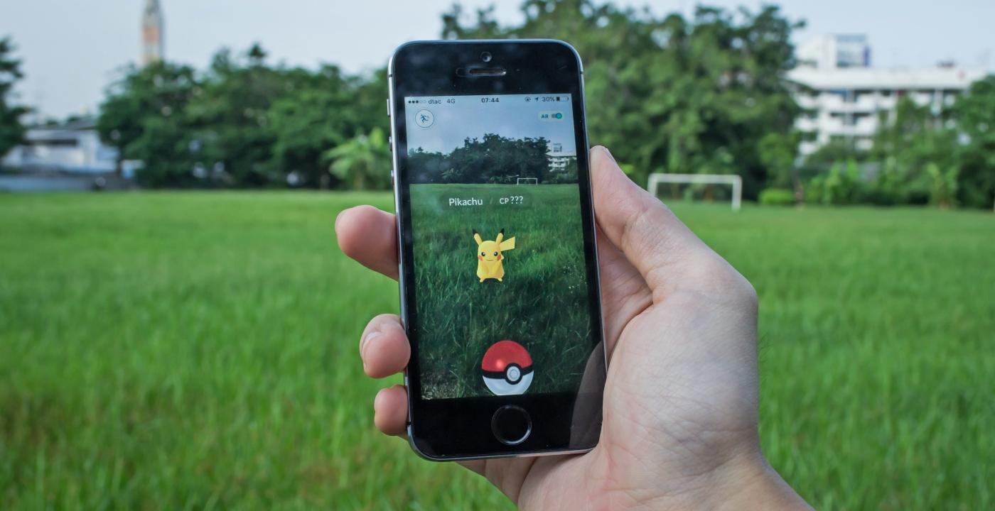 Imagen de un celular con la aplicación de juegos de Pokemón Go