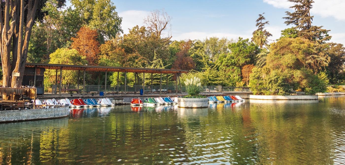 Imagen de la laguna navegable del parque Quinta Normal