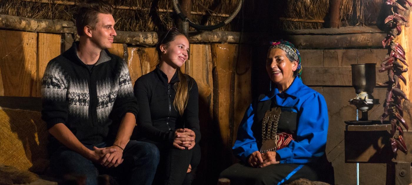 Imagen de un grupo de turists con una machi mapuche