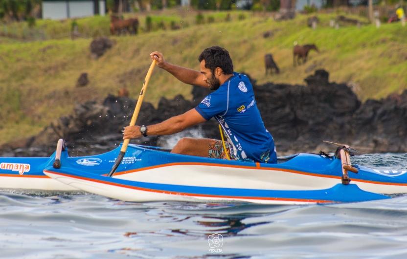 Imagen de un hombre pracgicando canotaje polinésico en Rapa Nui