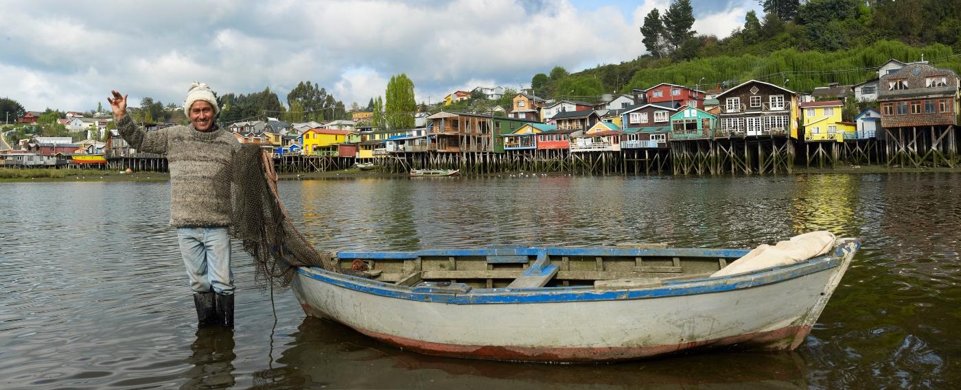 Imagen de un pescador entre los palafitos de Chiloé