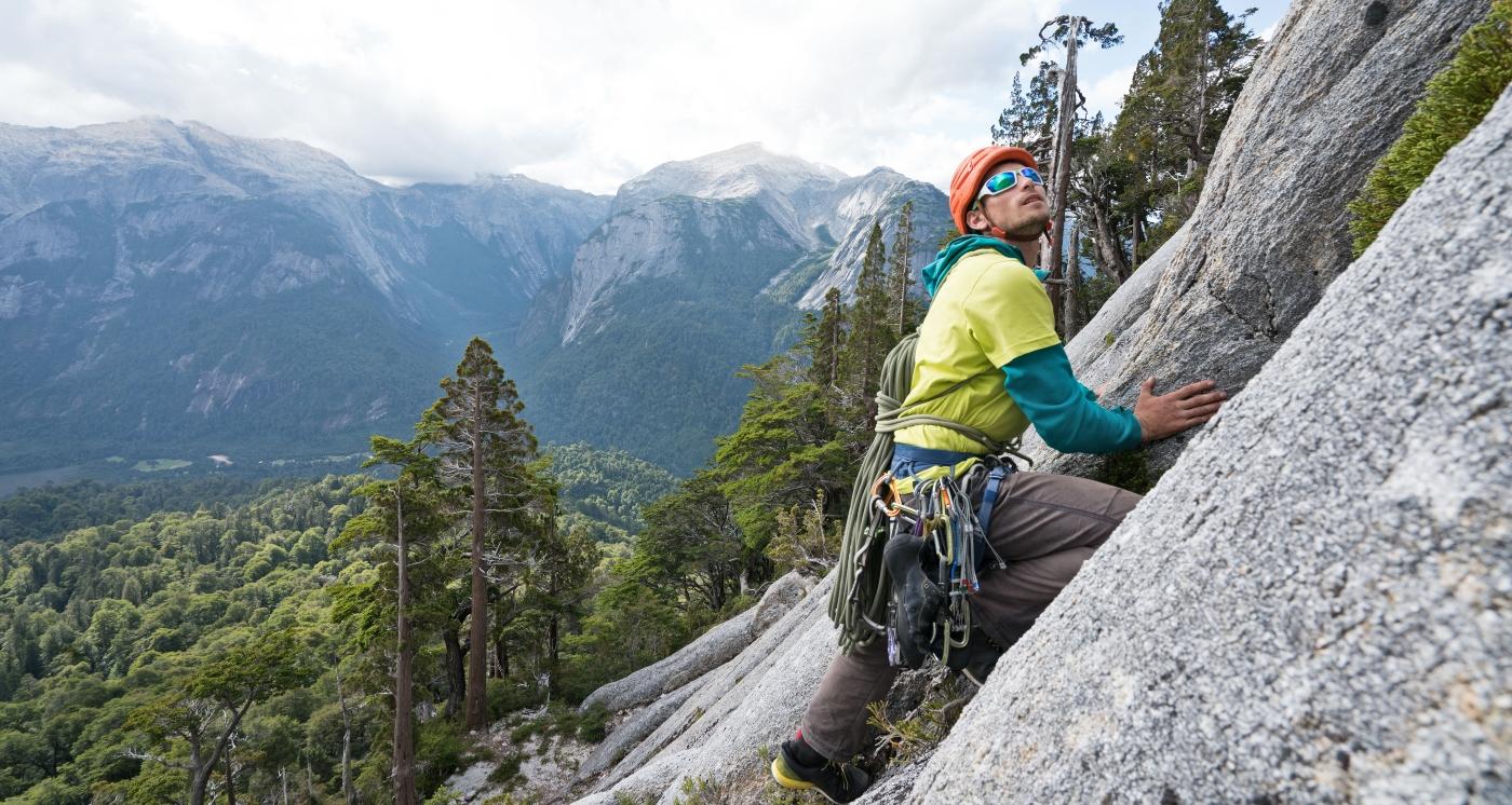 Imagen d eun hombre realizando escalada en el sur de Chile