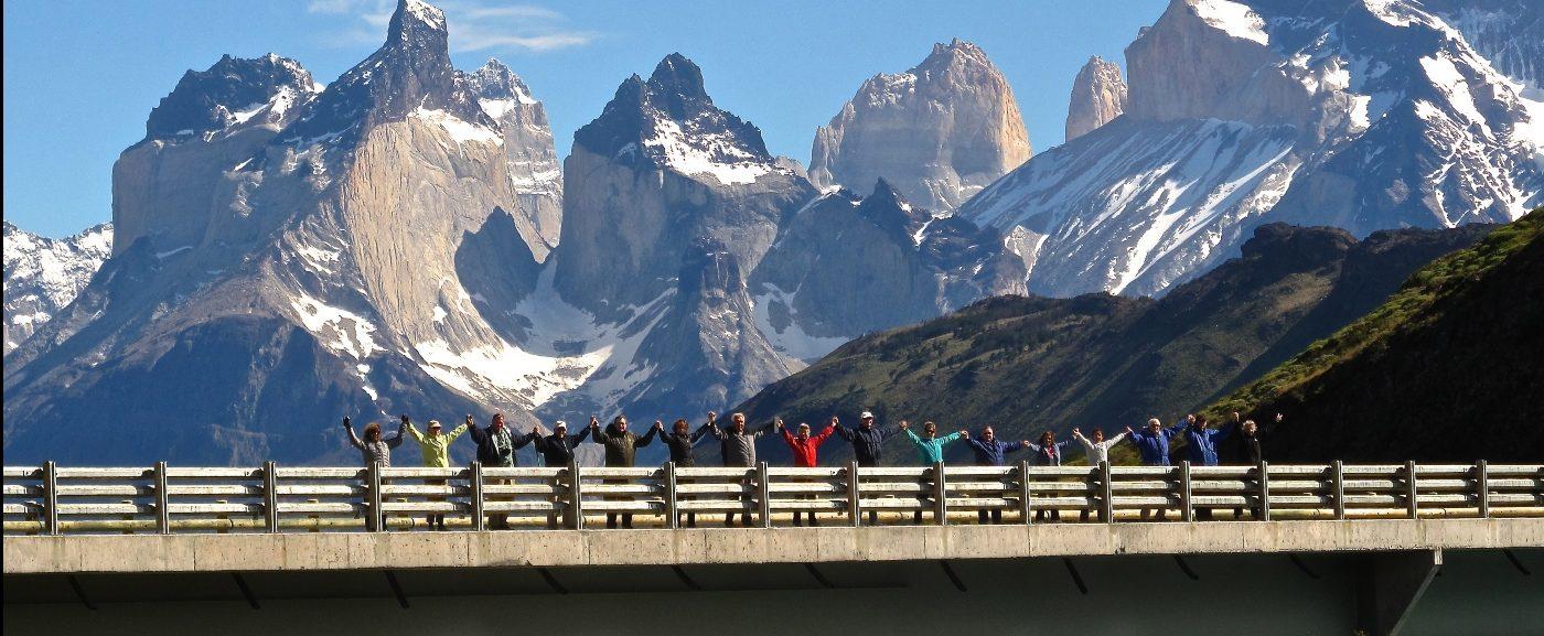 Imagen de un grupo de turistas disfrutando de uno de los puentes en Torres del Paine