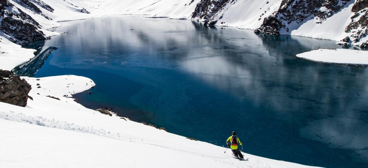 Imagen de la Laguna del Inca con un turista haciendo ski