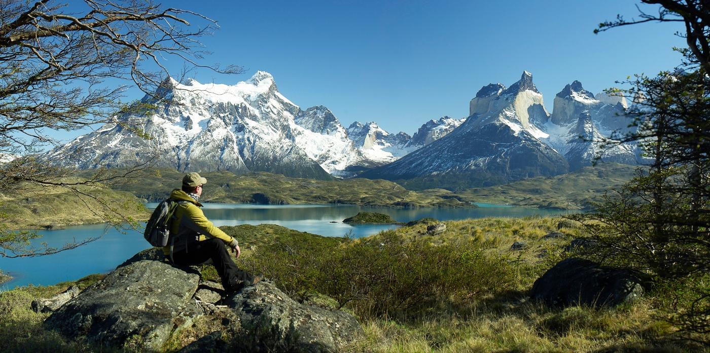 Turista disfrutando de la vista de uno de los miradores de Torres del Paine
