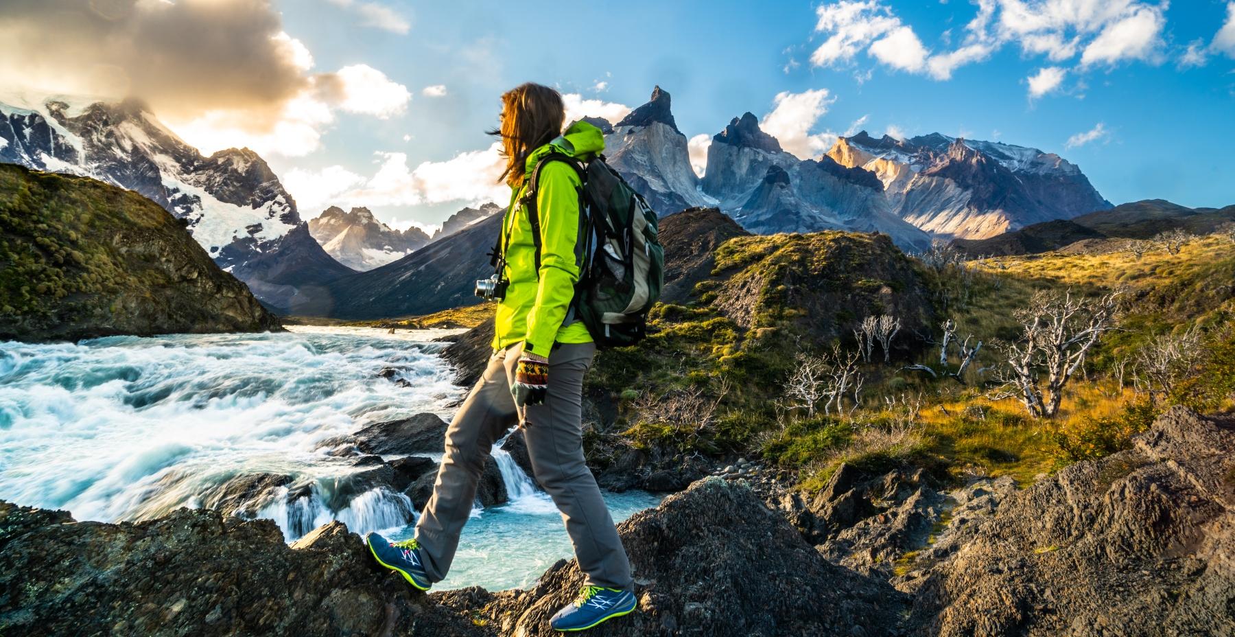 Imagen de una joven turista recorriendo los cuernos de Torres del Paine