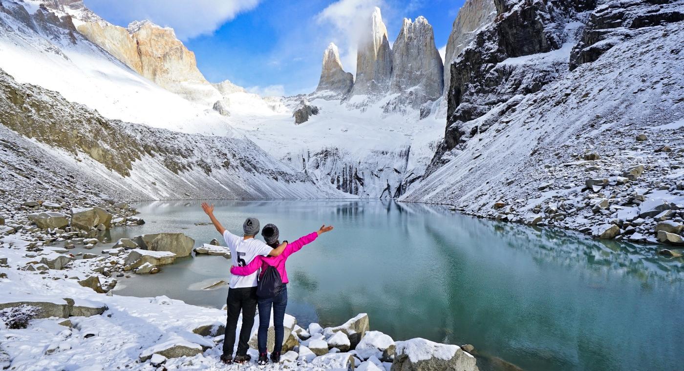 Imagen de una pareja disfrutando las bellezas del Parque Nacional Torres del Paine