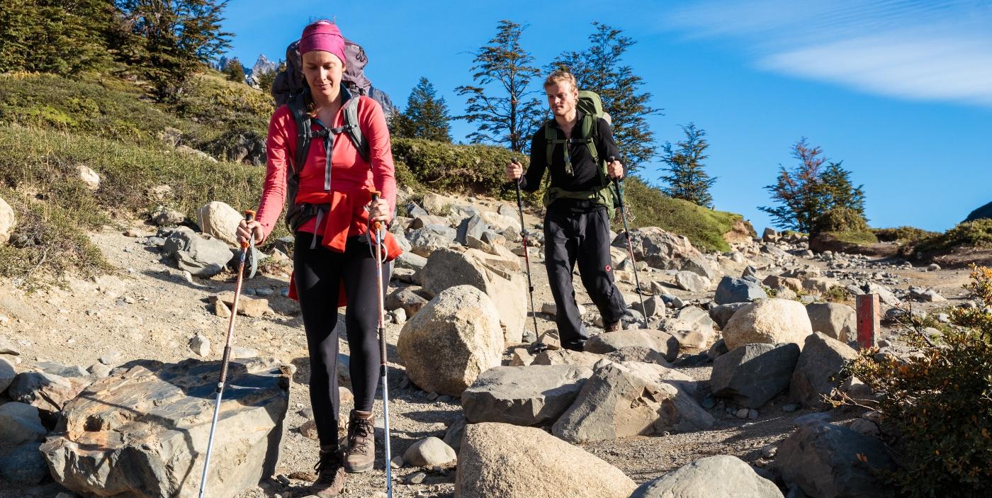 Imagen de una pareja de turistas haciendo trekking en Las Torres del Paine