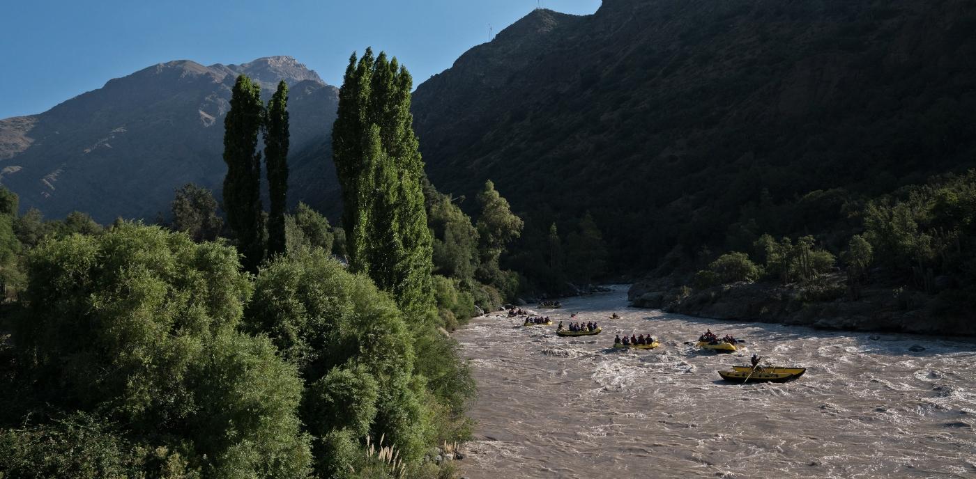 Imagen del río Maipo corriendo entre las montañas del sector del Cajón del Maipo