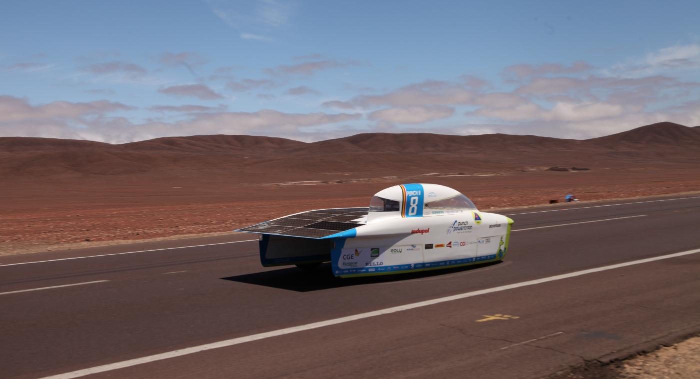 Imagen de un auto solar corriendo en el Desierto de Atacama