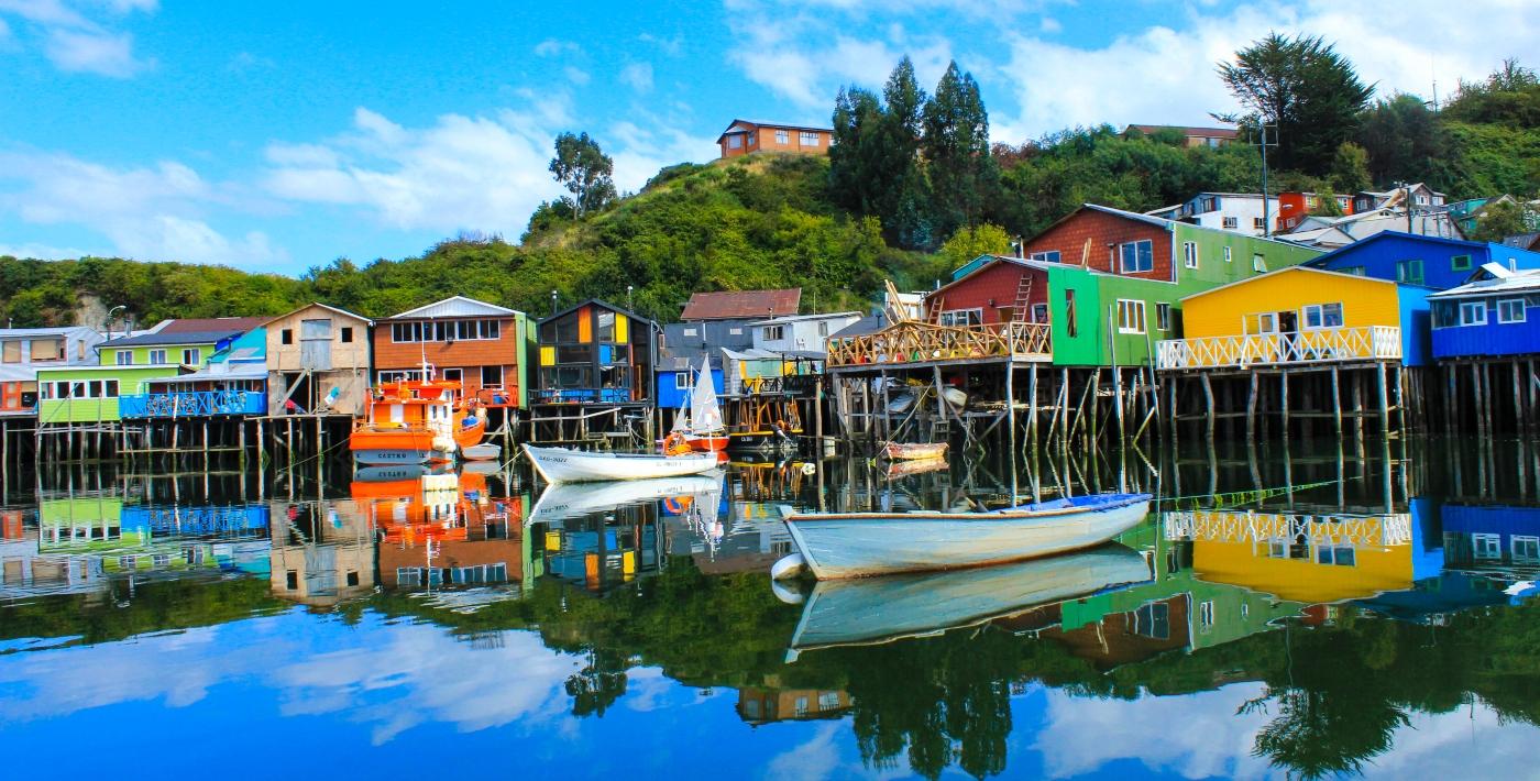 Imagen de los coloridos palafitos de a ciudad de Castro