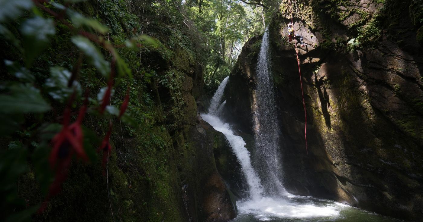 Imagen de un turista realizando canyoning en Pucon