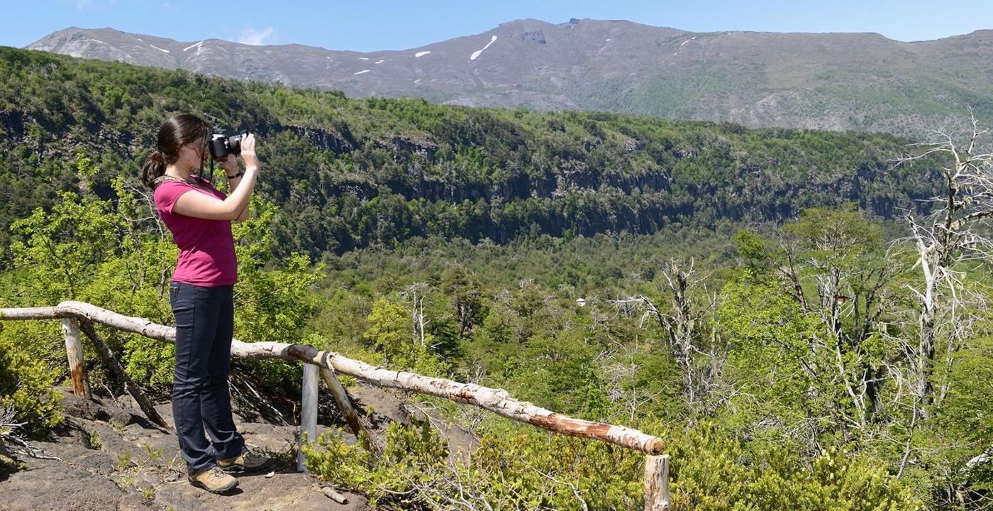 Imagen de una turista en el Valle Las Trancas