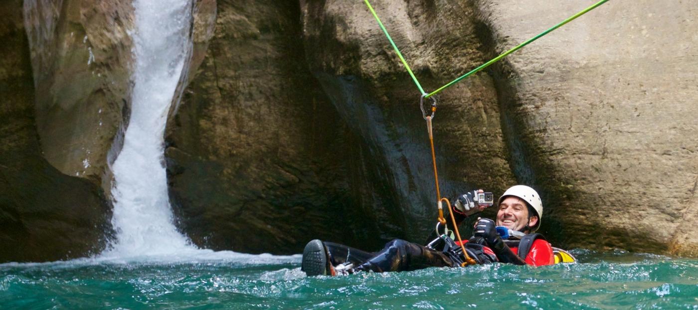 Imagen de un hombre flotando en el agua en uno de los ríos del sur de Chile en medio de la practica de canyoning