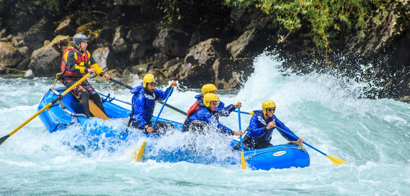 Imagen de un grupo de turistas haciendo rafting