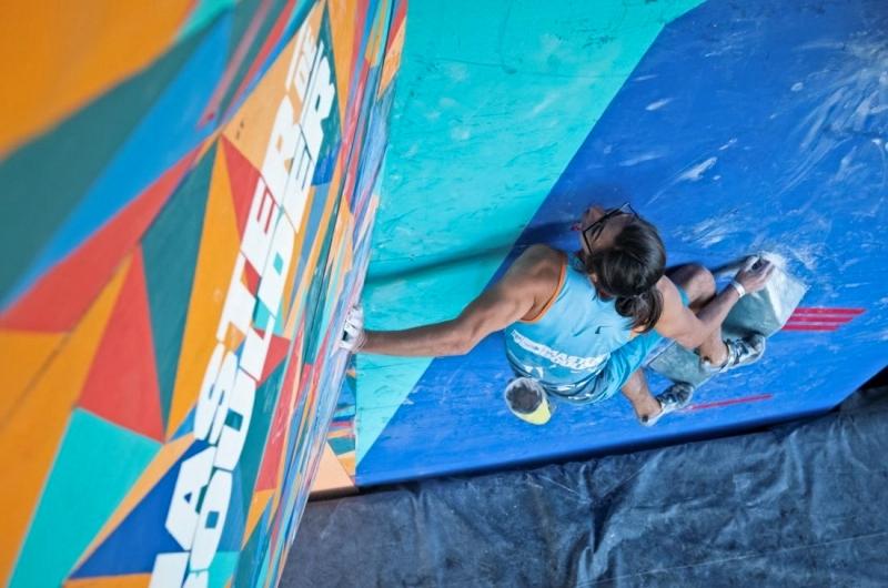 Imagen de un deportista escalando en el encuentro master de boulder