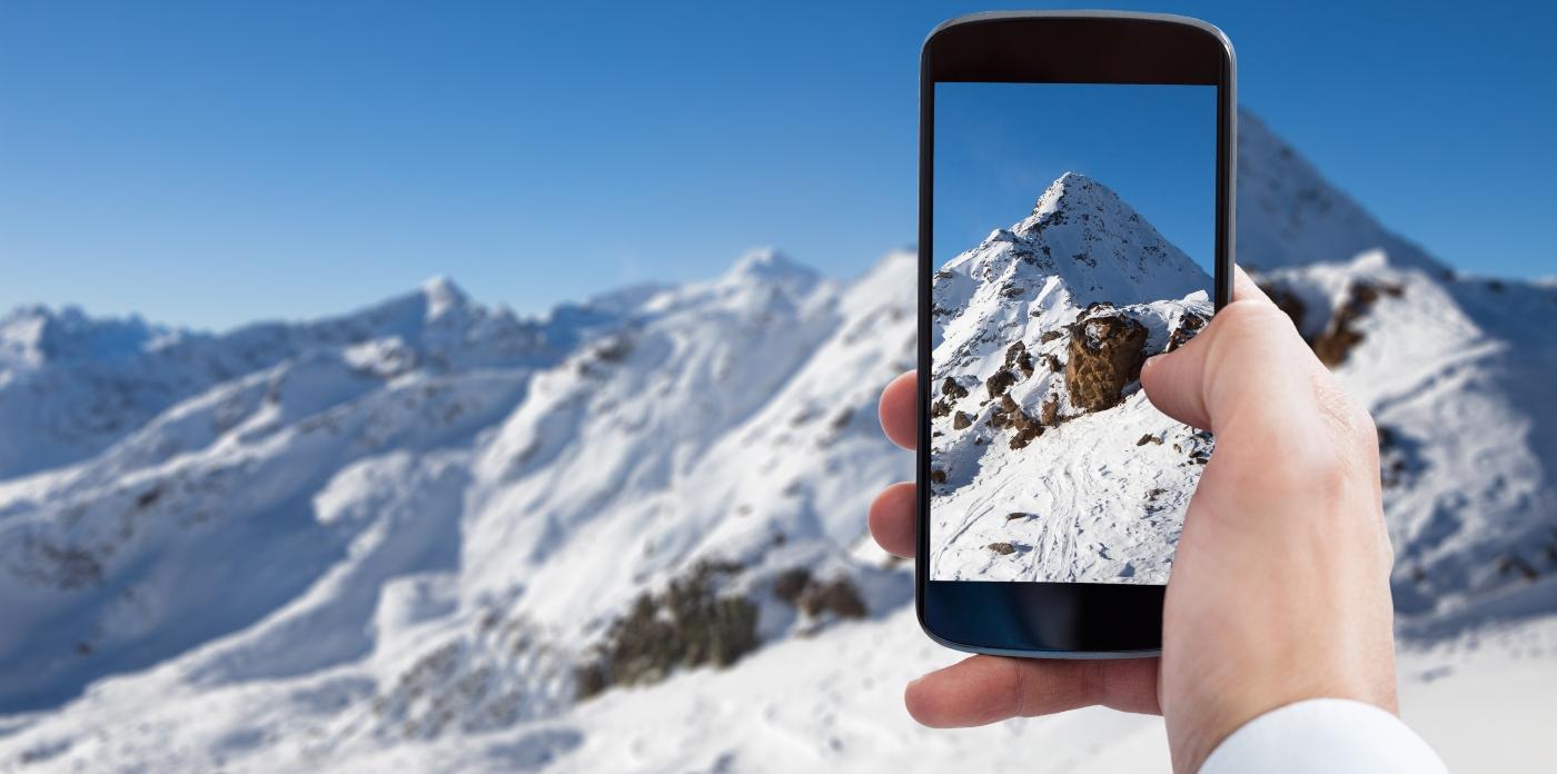 Imagen de una persona mirando aplicaciones de Chile en su celular