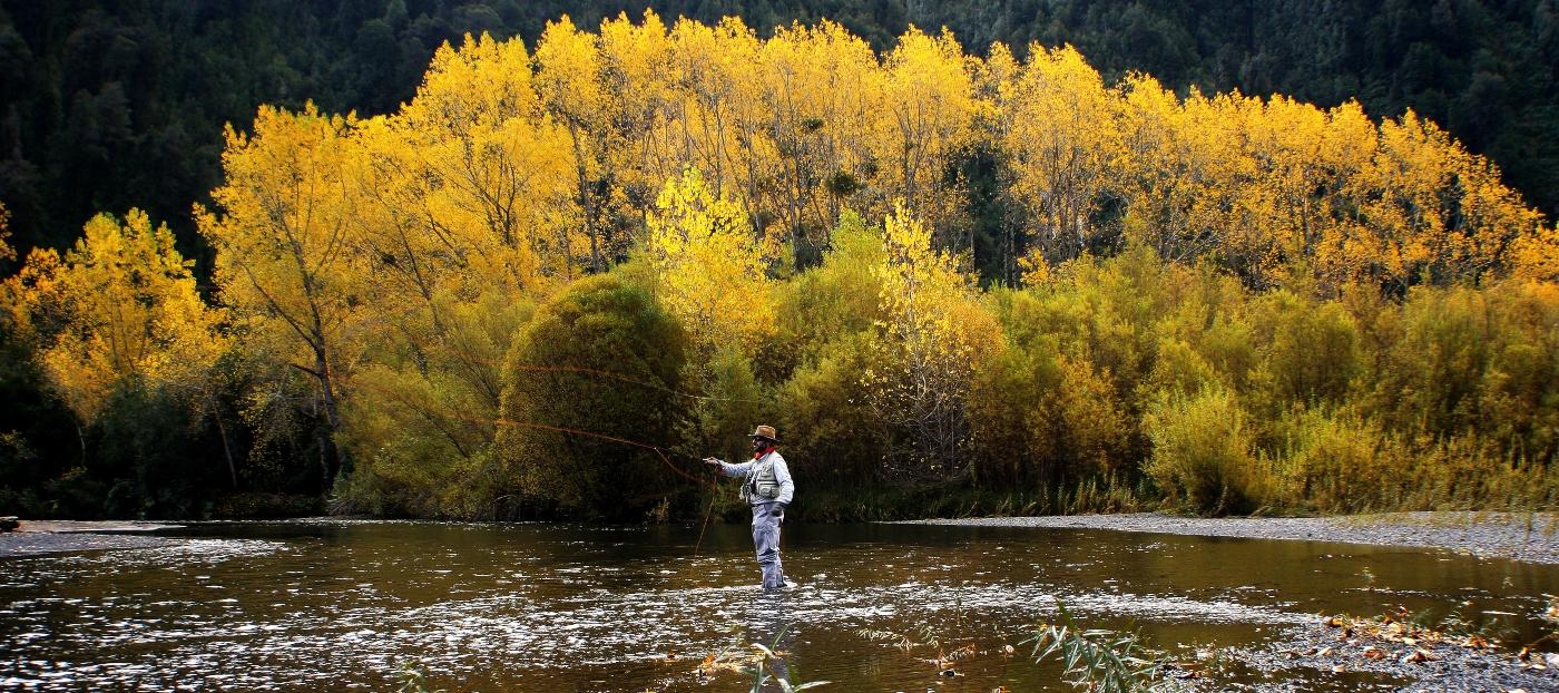 Imagen de un hombre pescando en el Parque Futangue