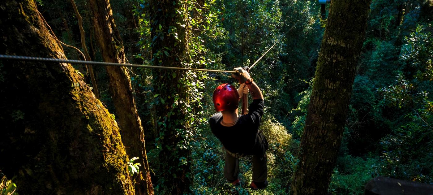 Imagen de una persona disfrutando de una paseo en canopy en el sur de Chile