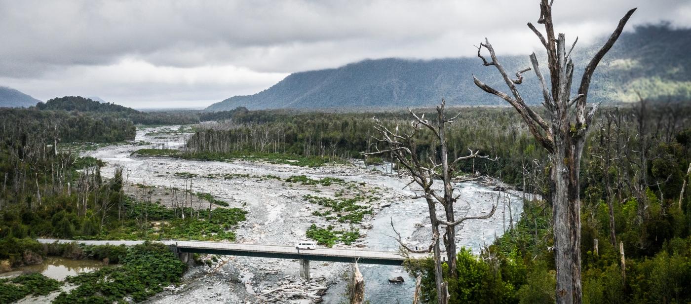 Imagen de la patagonia chilena donde se ve uno de sus ríos y naturaleza