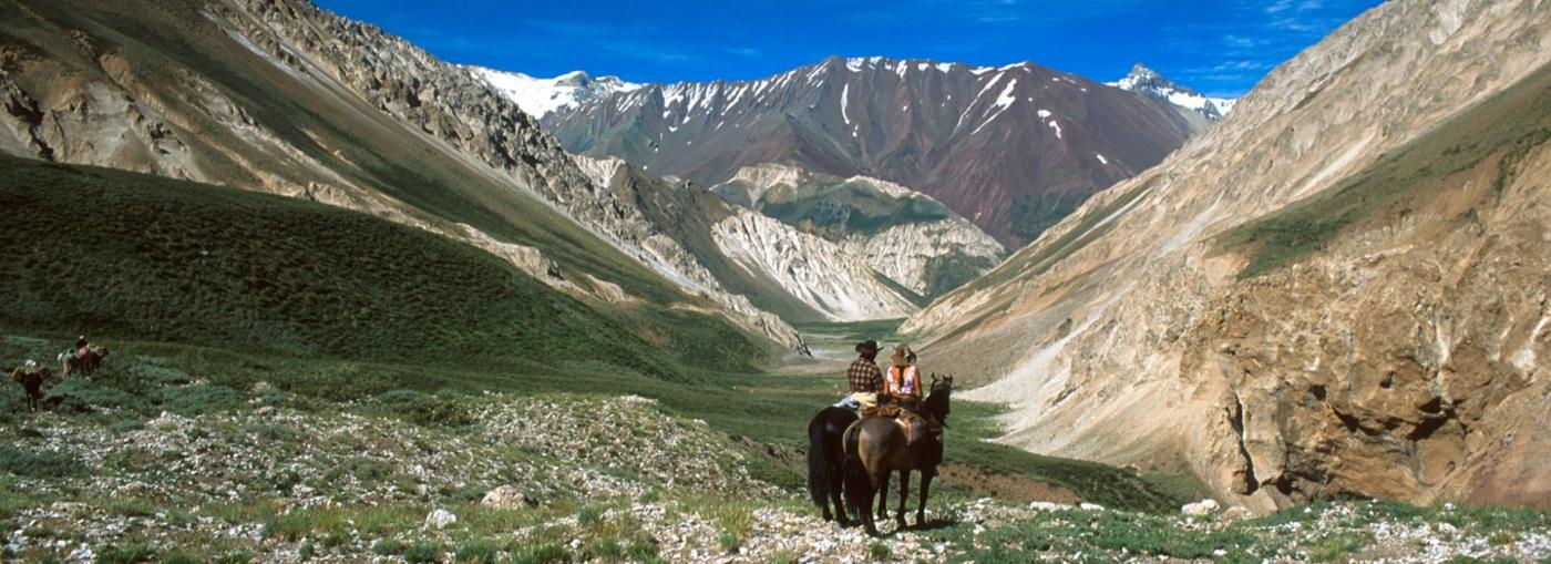 imagen de una pareja cabalgando en las cercanías del volcán de San José de Maipo