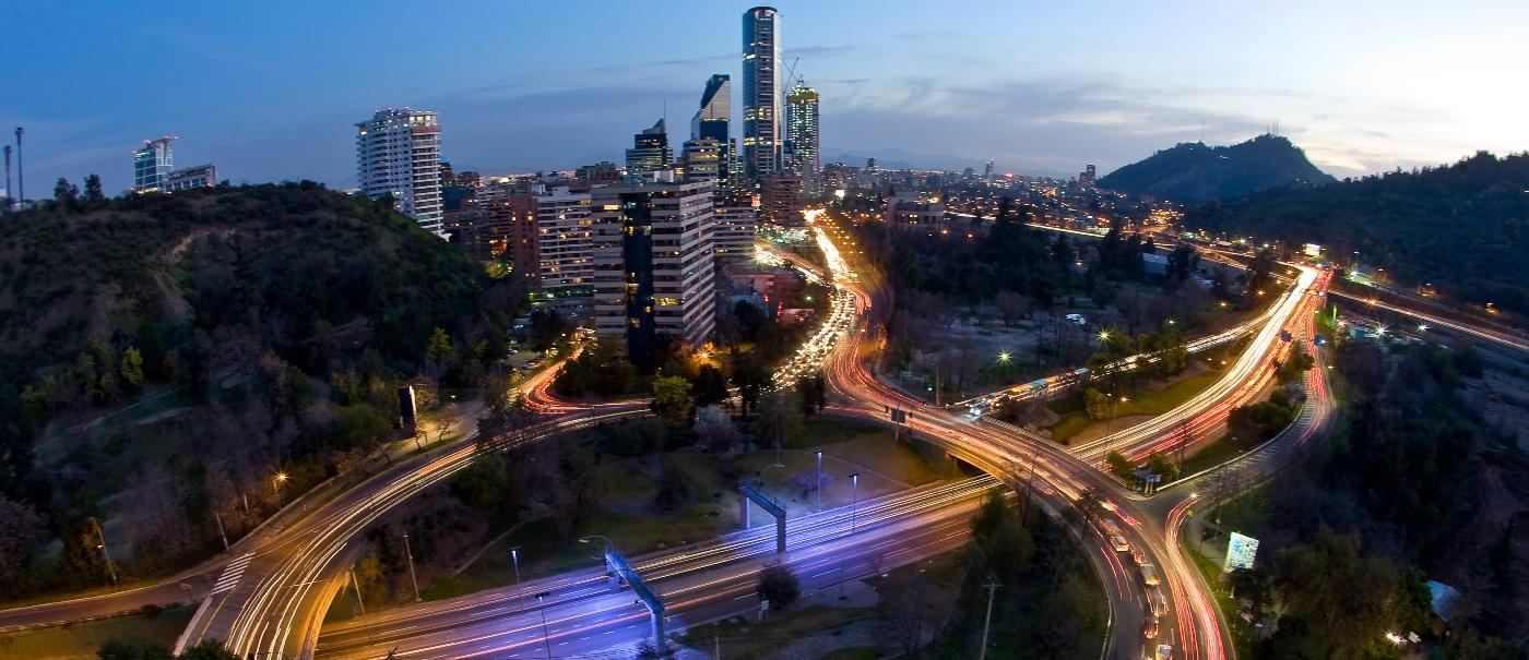 Imagen nocturna de santiago donde destacan sus luces y carreteras