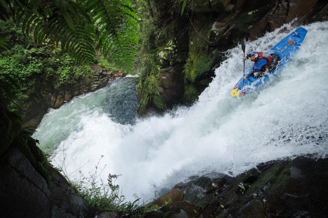 Aniol bajando por una cascada
