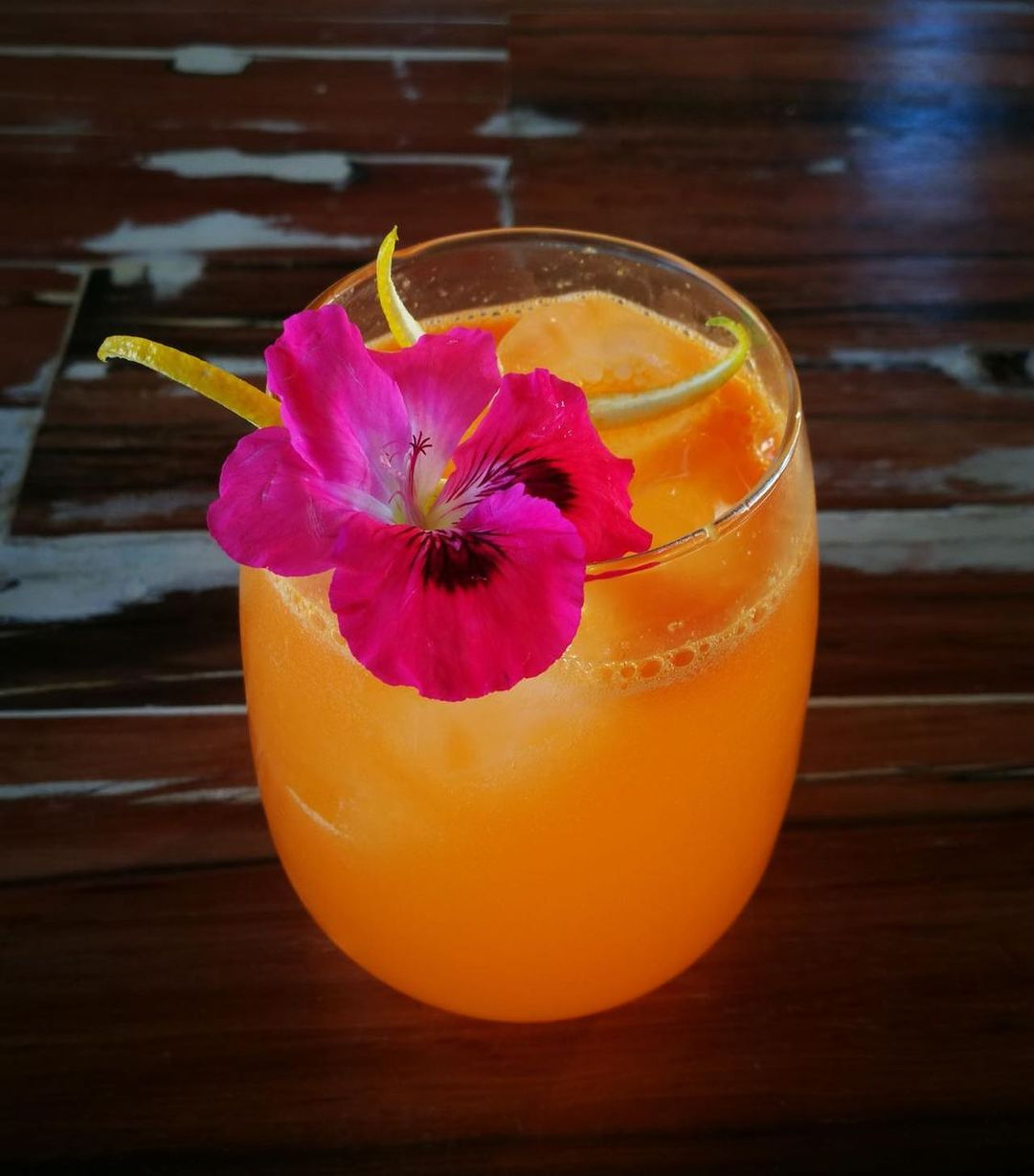 Doña Primavera, a cocktail for the spring, served in a water cooler glass vaso