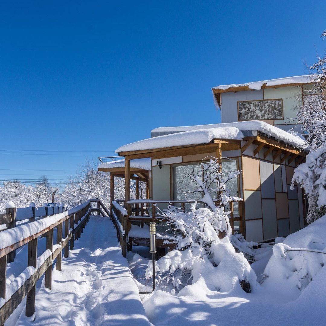 Cabañas de Ecobox cubiertas de nieve