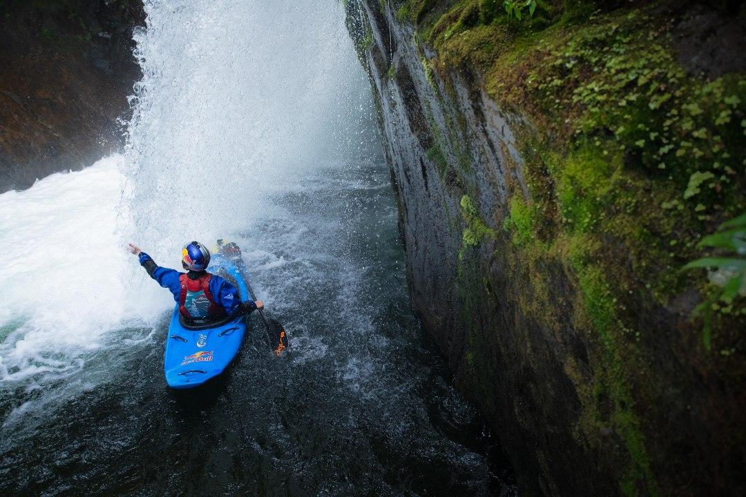 Aniol Serrasolses pagaia sotto una cascata