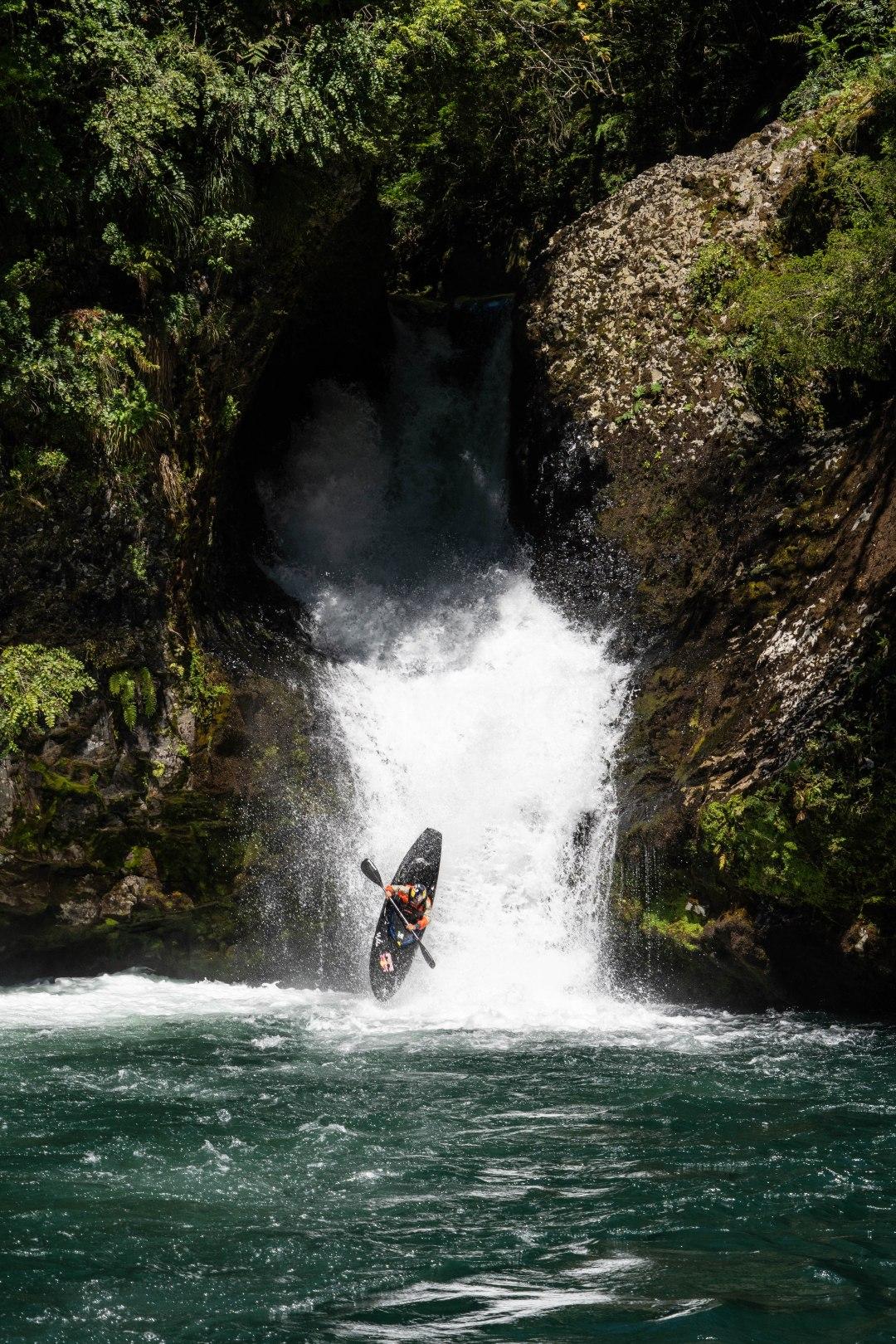 Aniol che cade da una cascata nel fiume Riñinahue, Valdivia