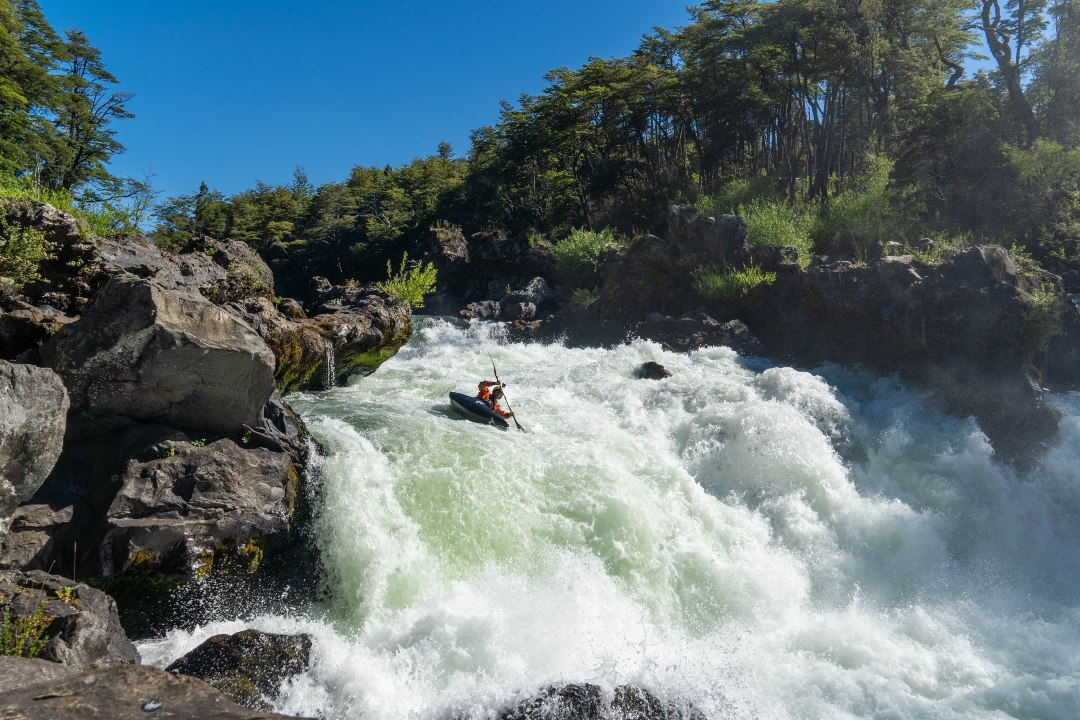 Aniol Serrasolses pagaia nel fiume Trancura, Araucanía, Cile.