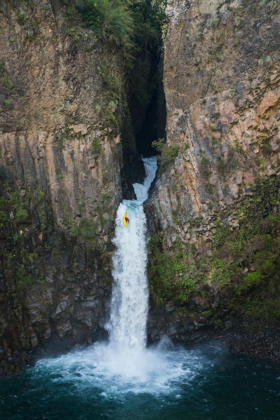 Aniol Serrasolses nella cascata La Leona, fiume claro, zona di Maule.