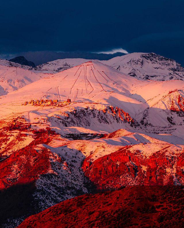 Vista desde las alturas de los centros de ski en la Cordillera de los Andes durante el atardecer