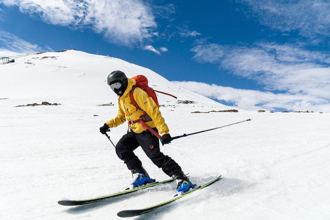 Esquiador deslizándose por la nieve