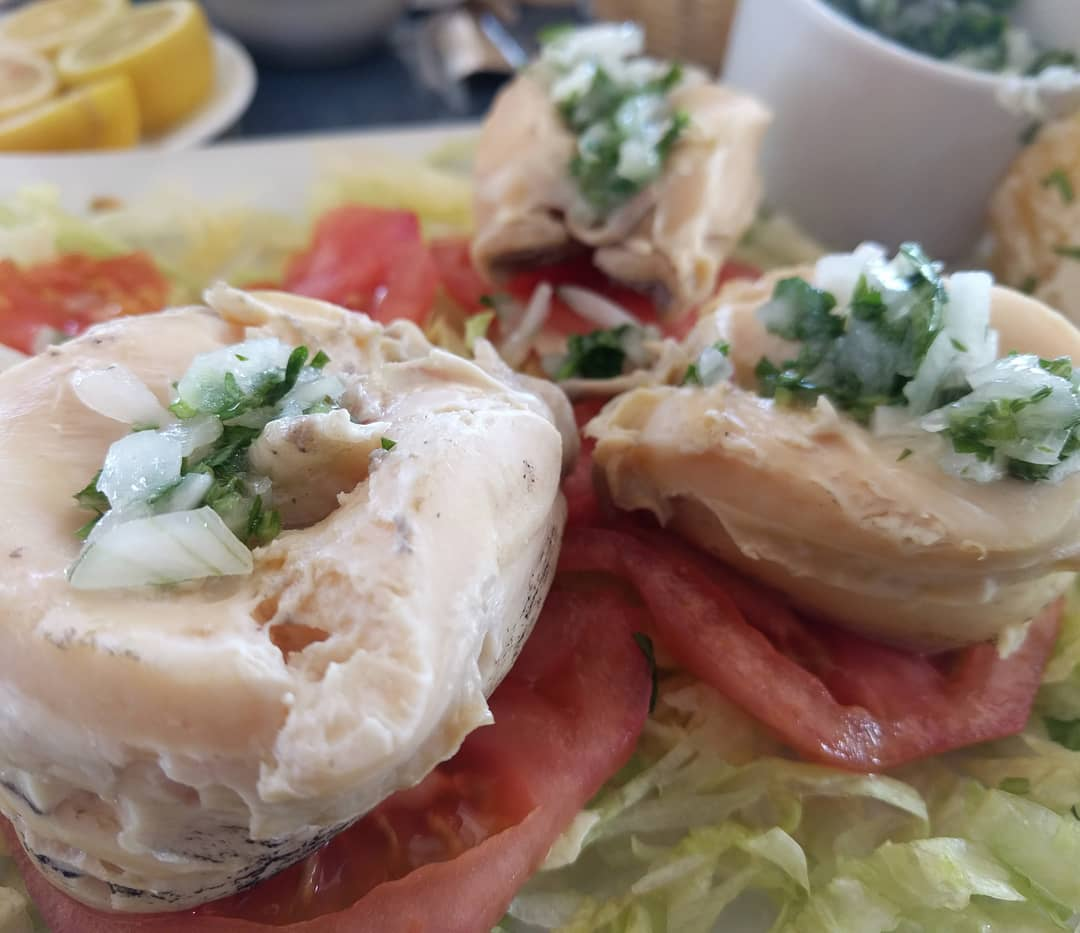 Tre locos serviti su un piatto con pomodoro e salsa verde