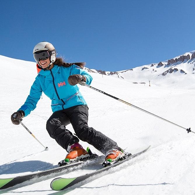 Mujer sonriente esquiando
