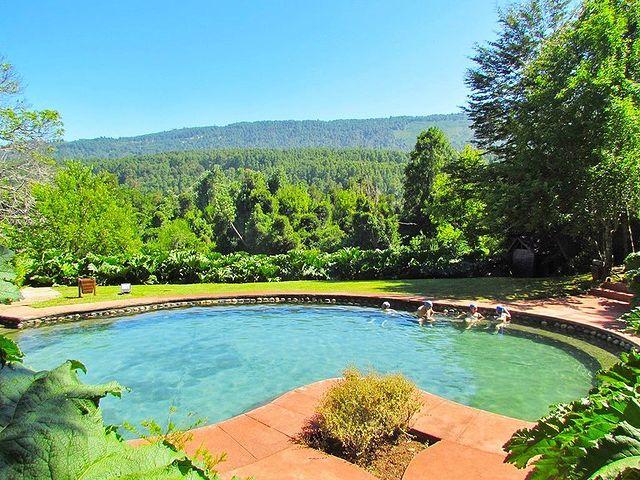 Vue de la piscine ouverte du Parc Thermal Menetúe