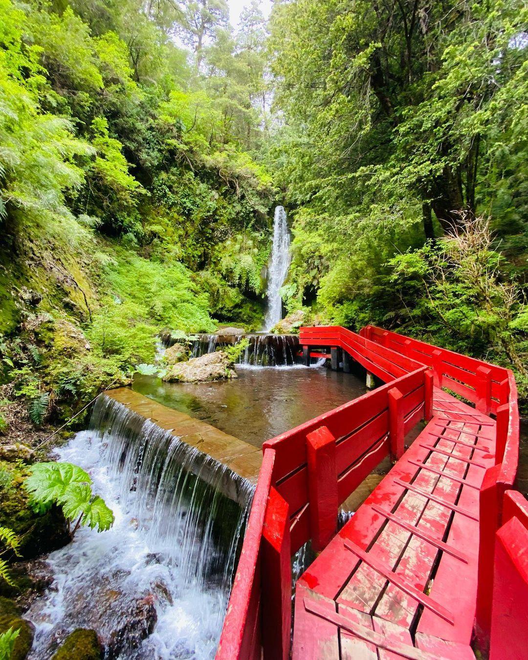 Wasserfall inmitten der Vegetation in den Termas Geométricas