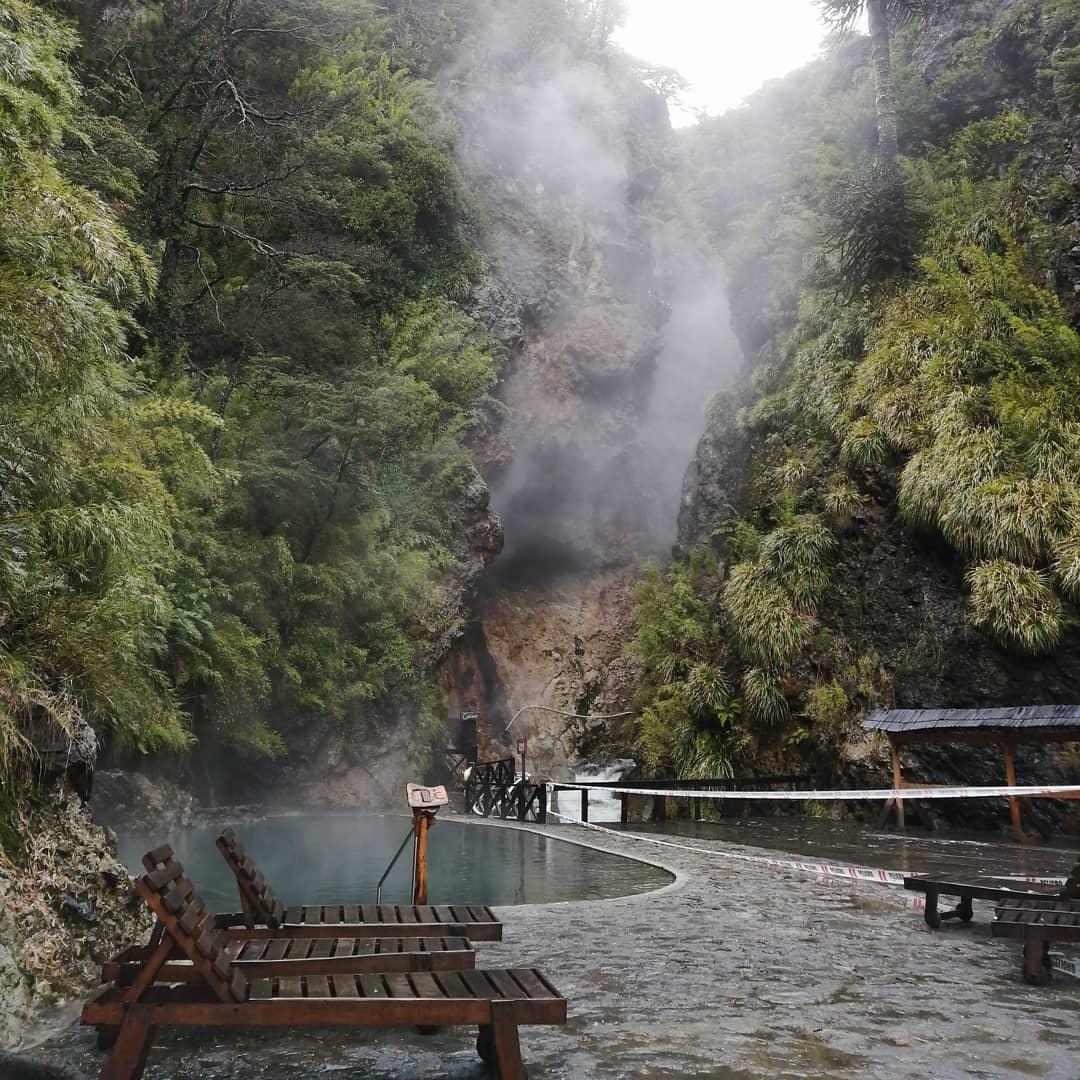 Vapeur émanant des piscines naturelles des Termas Malleco