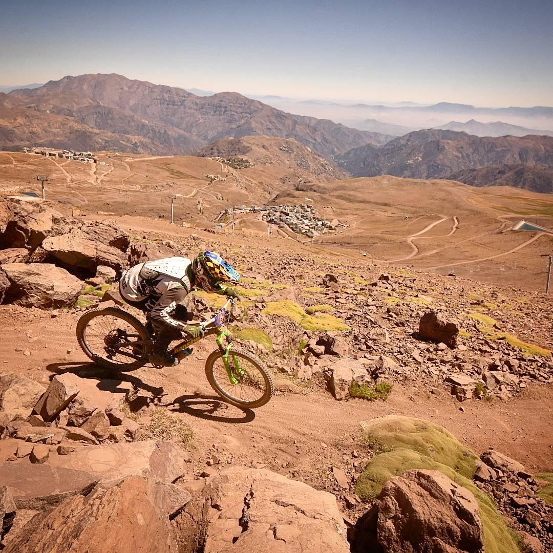 Ciclista descendiendo por la cordillera de Los Andes