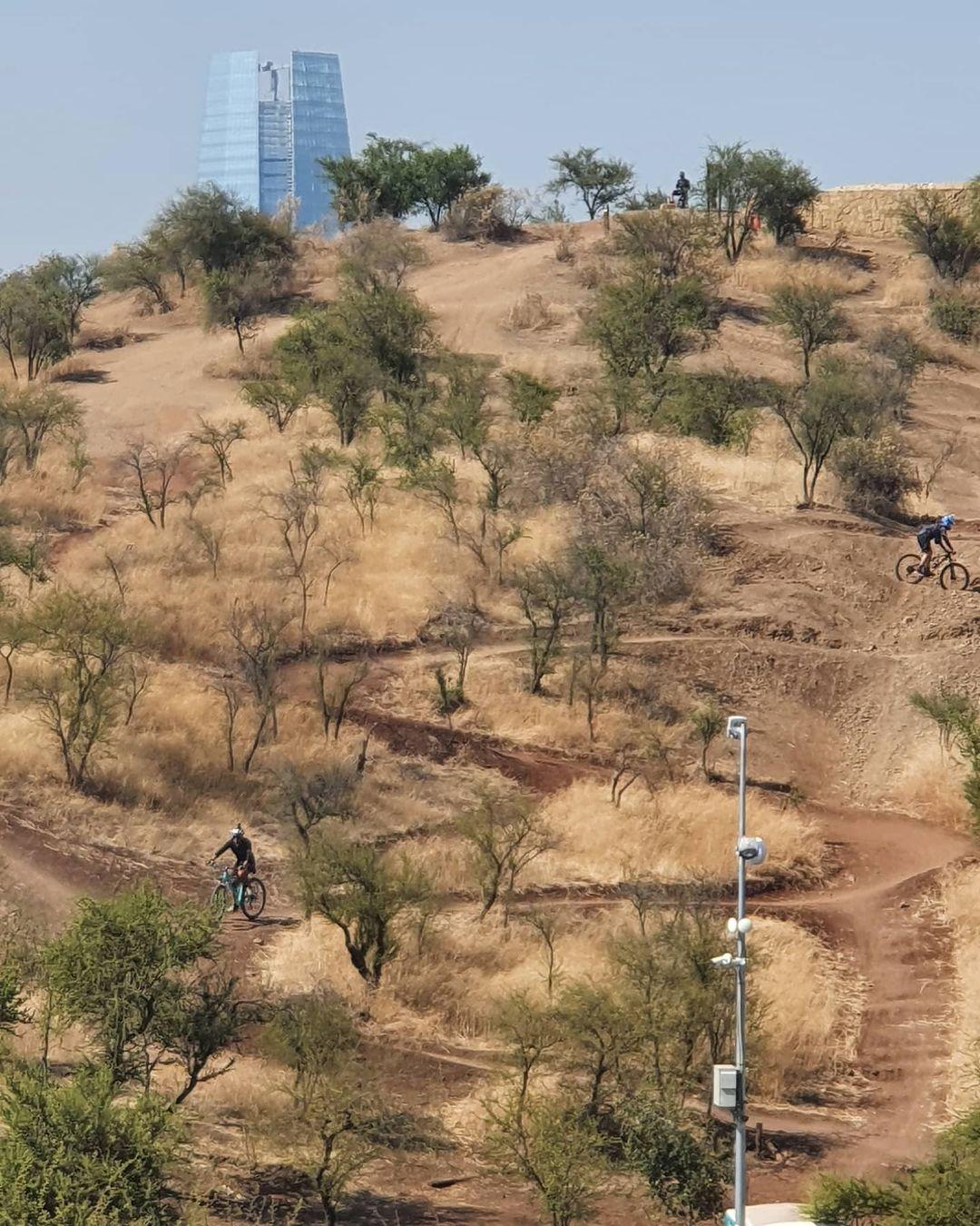 Ciclistas bajando por senderos off road en el Parque Metropolitano