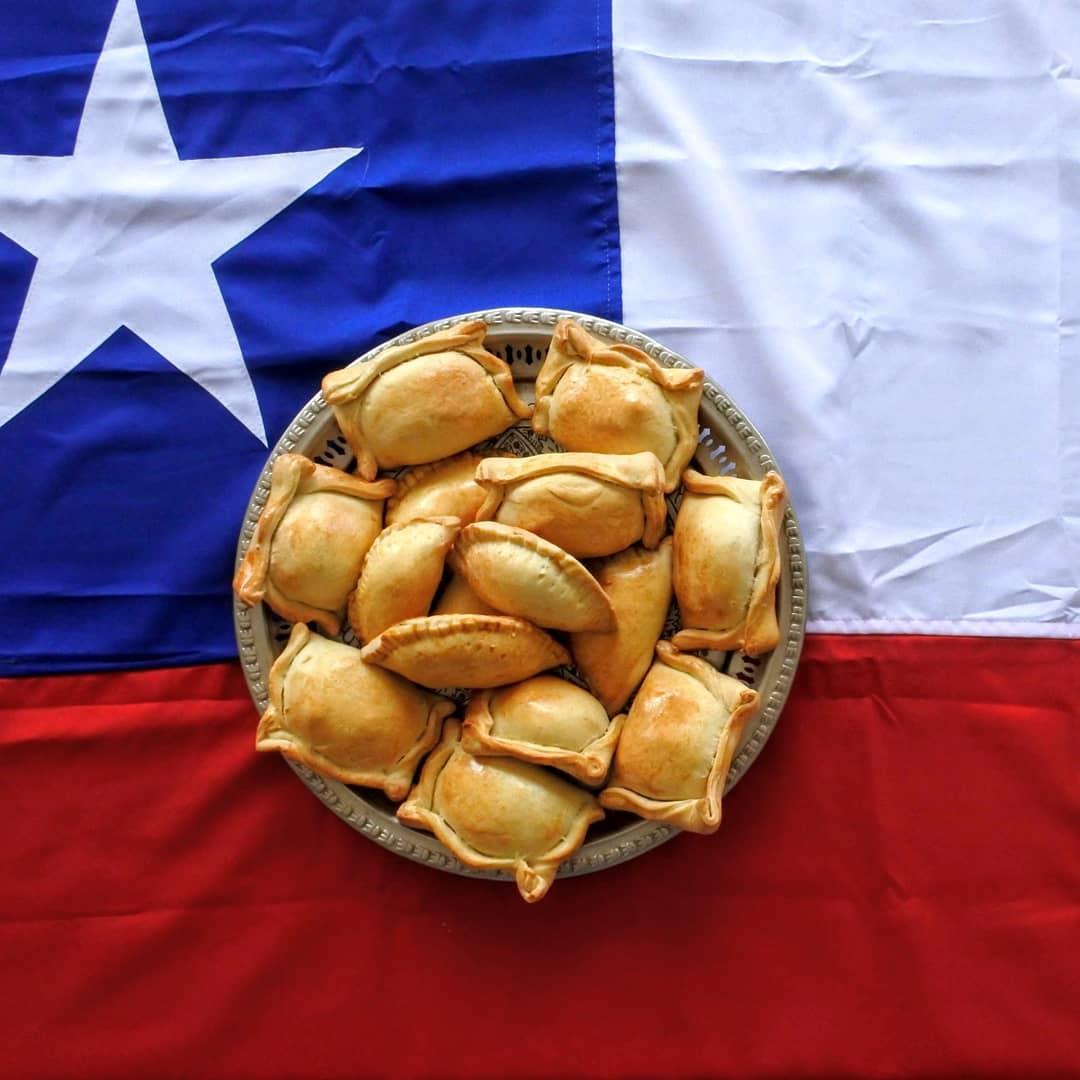 Empanadas en un plato con la bandera de Chile