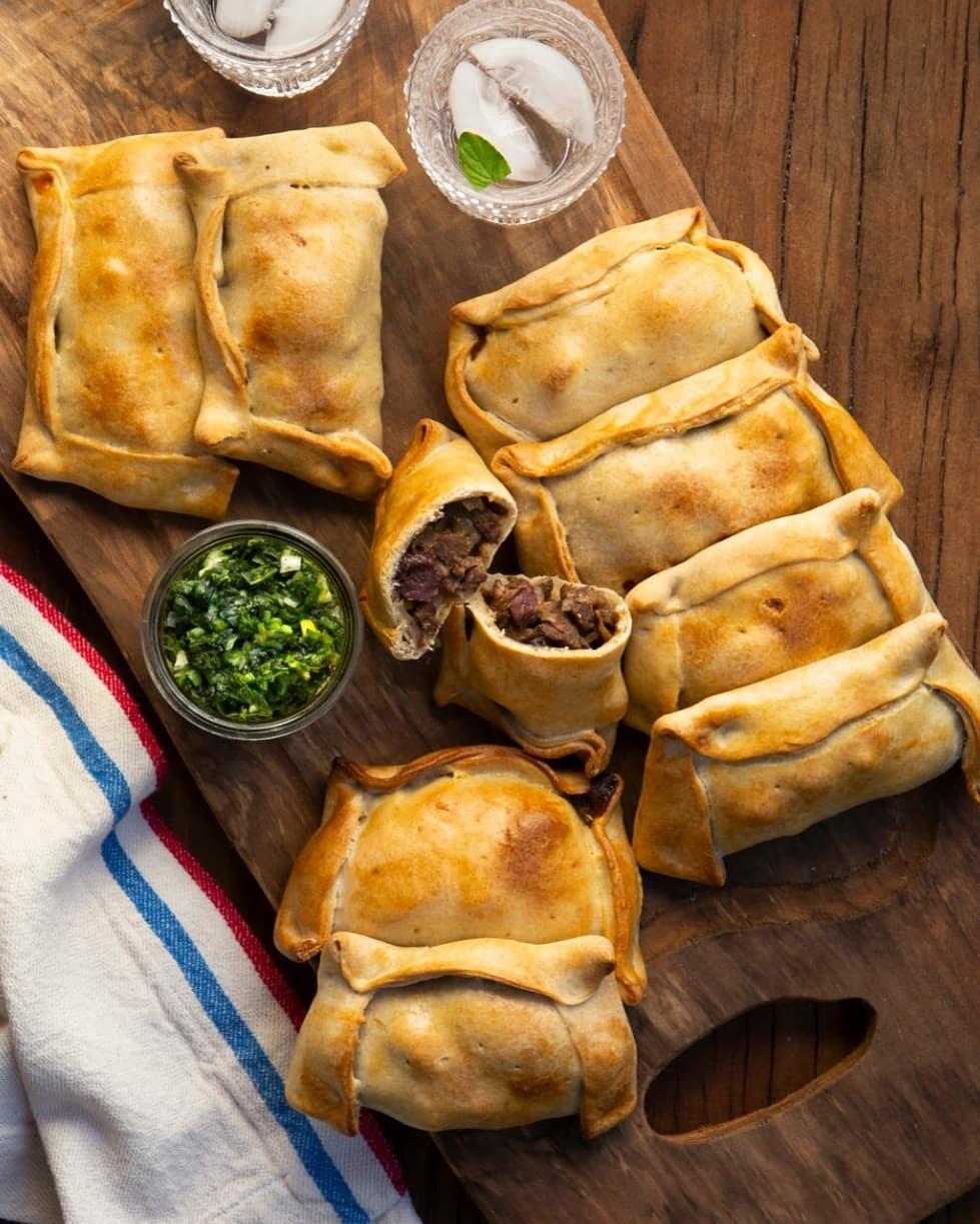Empanadas con relleno de pino sobre tabla