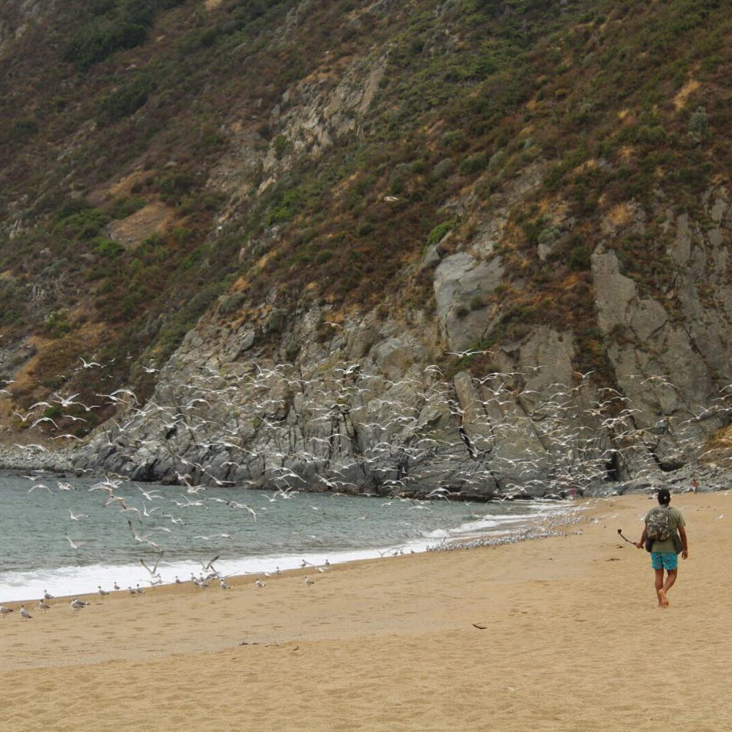 Visitante caminando por la playa de Laguna Verde