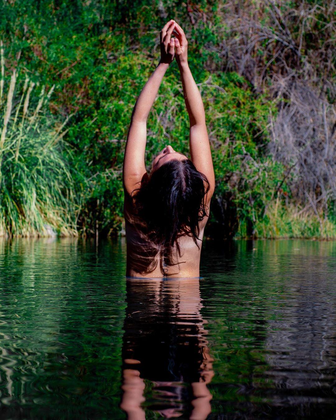 Mujer bañándose en el Río Cochiguaz, Valle del Elqui, norte de Chile