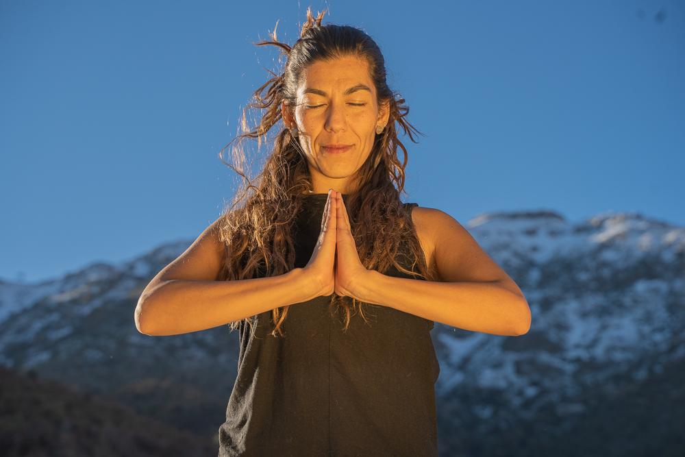 Mujer en estado de meditación a los pies de la cordillera de Los Andes