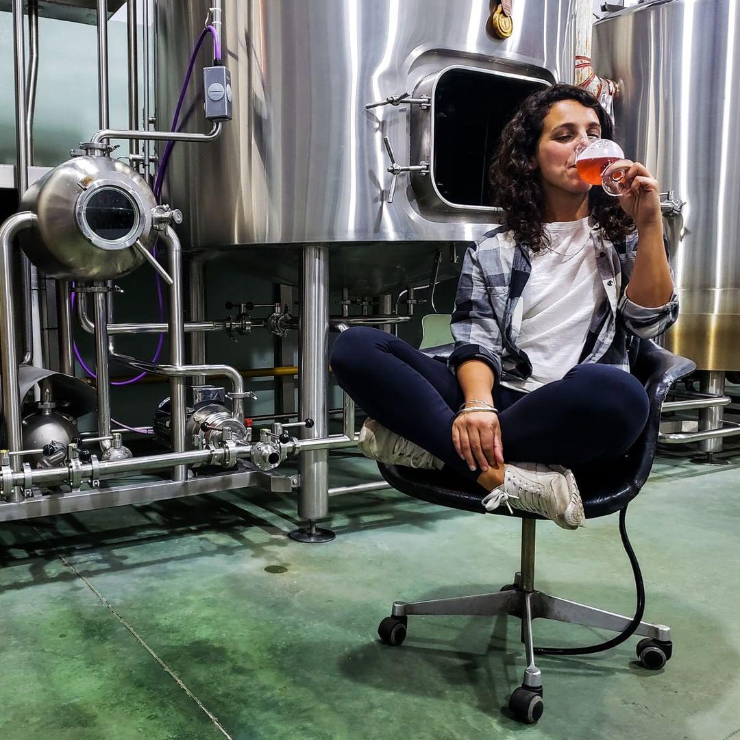 Mujer degustando cerveza artesanal