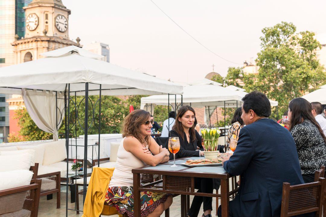 Grupo de Chilenos conversando, Hotel San Francisco, Santiago centro.