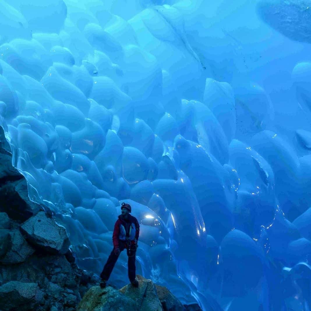 Persona dentro de una cueva en la Isla Madre de Dios